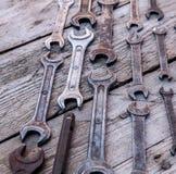 Metal инструменты ключа ржавые лежа на черном деревянном столе Молоток, зубило, hacksaw, ключ металла Стоковая Фотография