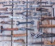 Metal инструменты ключа ржавые лежа на черном деревянном столе Молоток, зубило, hacksaw, ключ металла Пакостный комплект ручных р Стоковые Изображения