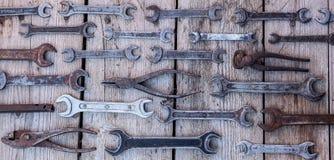 Metal инструменты ключа ржавые лежа на черном деревянном столе Молоток, зубило, hacksaw, ключ металла Пакостный комплект ручных р Стоковая Фотография RF