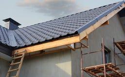 Metal конструкция крыши с коаксиальной системой отопления трубы печной трубы против голубого неба Стоковое фото RF