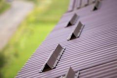 Metal коричневая поверхность крыши дома tiling гонта, труба сточной канавы дождя стоковые фото
