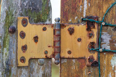 metal краска ногтя пакостная обнажанная в коричневых красных деревянных двери и r Стоковая Фотография RF