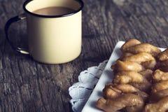 Metal кружка вполне кофе и плиты koeksisters в художническом Стоковая Фотография