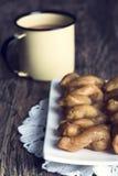 Metal кружка вполне кофе и плиты koeksisters в художническом Стоковое Изображение RF