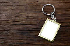 Metal ключевая цепь с космосом для текста на деревянном Стоковое Изображение