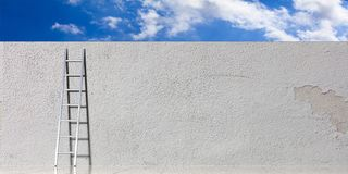 Metal лестница против белой стены, предпосылка голубого неба, космос экземпляра иллюстрация 3d иллюстрация вектора