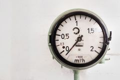 Metal манометр, шкала чисел a круглой промышленной черноты термометра большая на zero белой предпосылке Стоковая Фотография