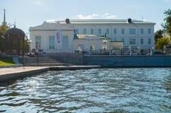Metal мебель и здание спортзала построенные в 1847 вдоль обваловки реки Iset в Екатеринбурге, России Стоковое Изображение
