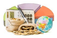 Metal монетки, калькулятор и план-график расходов на белой предпосылке Стоковая Фотография RF