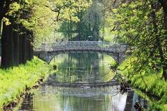Metal мост на системе озер в парке Gatchina Стоковые Изображения