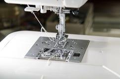 Metal нога с иглой и проденьте нитку в современной швейной машине Стоковое Изображение