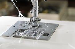 Metal нога с иглой и проденьте нитку в современной швейной машине Стоковая Фотография RF