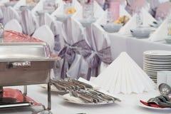 Metal оборудования кухни на таблице для точный обедать свадьбы или другой поставленный еду случая Стоковые Изображения RF