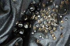 Metal объекты шариков, серебряных и золотых на ткани Стоковая Фотография RF