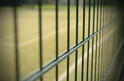 Metal ограждать теннисного корта с влиянием виньетирования Стоковые Изображения RF