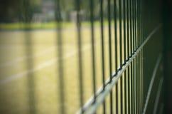 Metal ограждать теннисного корта с влиянием виньетирования Стоковые Фотографии RF