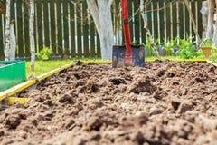 Metal лопаткоулавливатель в земле в seedbed Стоковые Фото