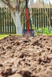 Metal лопаткоулавливатель в земле в seedbed Стоковое Изображение