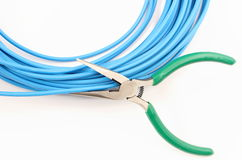 Metal острозубцы и голубой кабель на белой предпосылке Стоковое Изображение