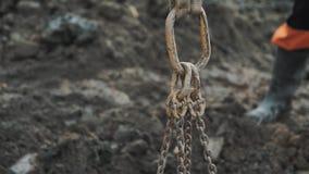 Metal петля держа дальше диапазон при немногие цепи прикрепленные на пакостной строительной площадке видеоматериал