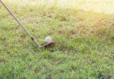 Metal подготавливать гольф-клуба готовый управлять шаром для игры в гольф на проходе Стоковые Изображения RF