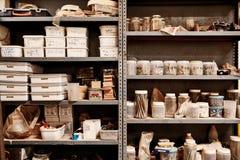 Metal полки мастерской с разнообразием neatl аранжированного контейнерами Стоковые Изображения
