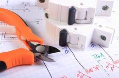 Metal плоскогубцы и электрический взрыватель на чертеже конструкции Стоковые Изображения