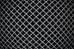 Metal решетка сетки или алюминия на черной предпосылке стоковые фотографии rf
