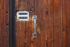 Metal ручка двери на деревянной двери в Тбилиси, Georgia Стоковые Изображения RF