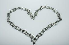 Metal сердце от цепи на белой предпосылке стоковые фото