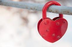 Metal символ замка влюбленности в форме красного сердца, романс дня ` s валентинки Стоковое Фото
