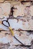 Metal смертная казнь через повешение перлиня на крюке старое wallr кирпича Стоковые Фотографии RF