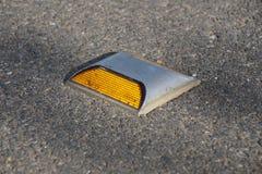 Metal стержень дороги с желтым рефлектором на дороге асфальта в Таиланде Стоковые Изображения