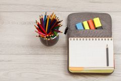 Metal стойка для карандашей с карандашами цвета, открытая книга тренировки o Стоковое Изображение