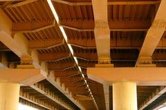 Metal структура моста автомобиля, взгляд снизу стоковые изображения rf