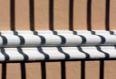 Metal тень строба на декоративной текстуре стены гипсолита Стоковые Изображения
