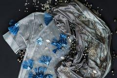 Metal ткань и красивые голубые цветки на верхней части Стоковое Изображение RF