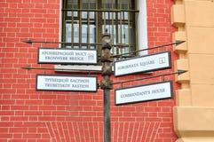 Metal указатель в крепости Питера и Пола в Санкт-Петербурге, России стоковые изображения rf