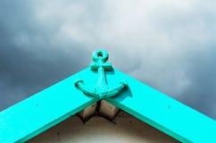 Metal украшение в форме анкера на фасаде, покрашенного a Стоковое Изображение RF