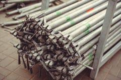 Metal ферменные конструкции, трубы лесов штабелируйте и ждать, строя сцену улицы Стоковые Фотографии RF