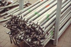 Metal ферменные конструкции, трубы лесов штабелируйте и ждать, строя сцену улицы Стоковая Фотография