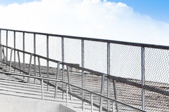 Metal часть загородки загородки решетки металла на стадионе раздела Стоковое фото RF