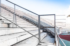 Metal часть загородки загородки решетки металла на стадионе раздела Стоковые Фотографии RF