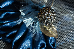 Metal шарик на большом голубом цветке в солнечном свете Стоковое фото RF
