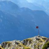 Metal метка на верхней части горы в горной вершине Стоковое Фото