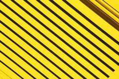 metal abstracto amarillo en acero y backgr englan de la verja de Londres imagen de archivo libre de regalías