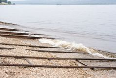 Metal as tubulações e os trilhos para a descida dos barcos na água Fotografia de Stock