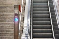 Metal azul Conveyo de la estación del tren eléctrico de las escaleras de la escalera móvil de la flecha Fotografía de archivo