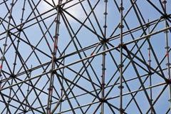 Metal budowa przeciw niebu obrazy stock