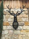 metal a cabeça dos cervos do trabalho de arte em uma parede Imagens de Stock Royalty Free